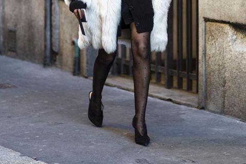 Frau trägt gepunktete Strumpfhose