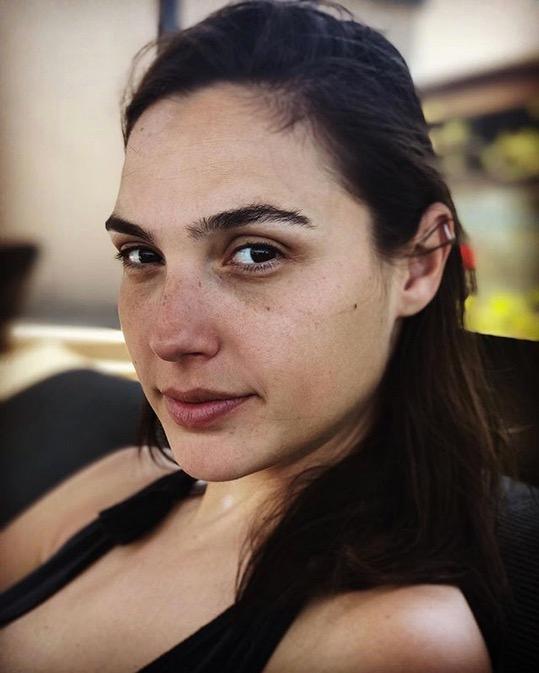 Auch eine Schauspielerin, die im Film Wonder Woman mimt, hat als Mutter mit Schlafmangel zu kämpfen. Die Folge: dieses bezaubernde #nomakeup-Selfie von Gal Gadot.