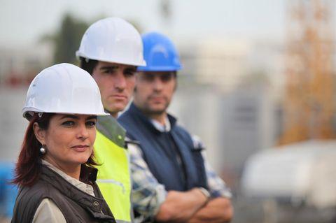 Island verbietet Lohn-Diskriminierung: Frauen und Männer in arbeitskleidung