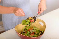 Köchin mit Salat