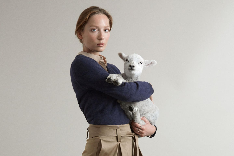 Frau trägt Pullover aus Schafswolle