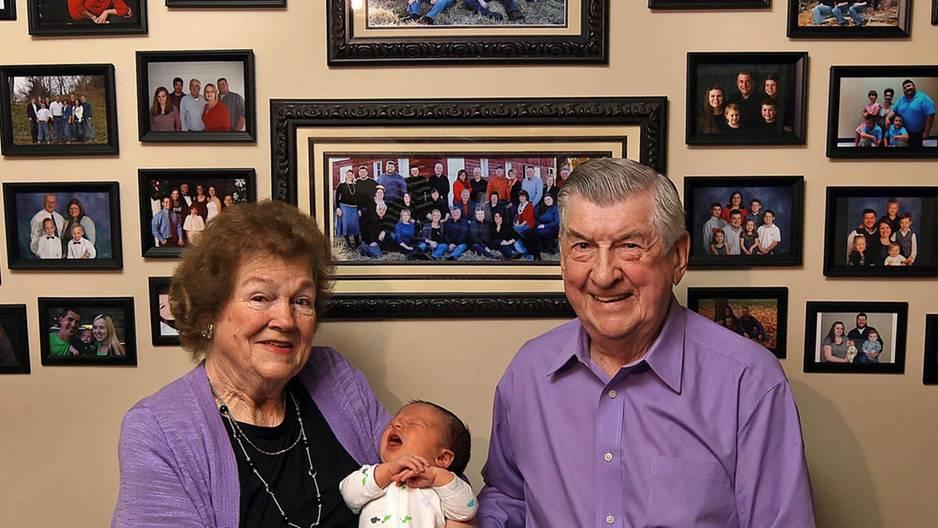 Diese Großeltern feiern ihr 100. Enkelkind