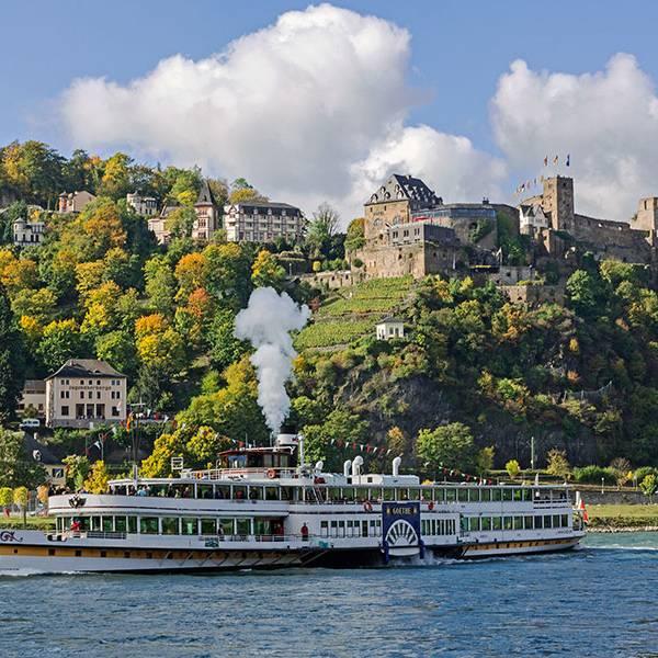 Hotel auf dem Berg, der Rhein und ein Boot