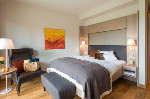 Hotelzimmer mit Bett, gemütlich