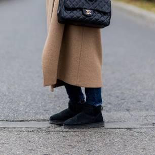 Frau trägt dicke Ugg-Boots
