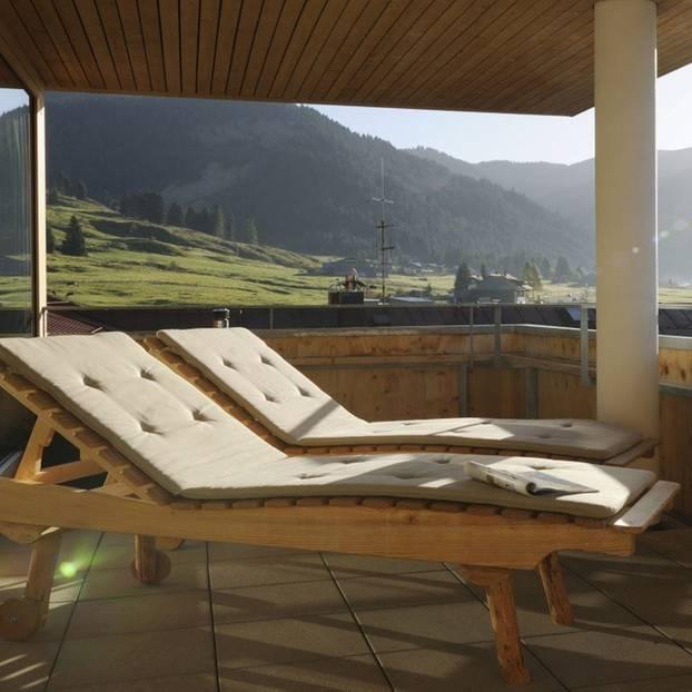 Ausblick, Terrasse mit Sonnenstühlen