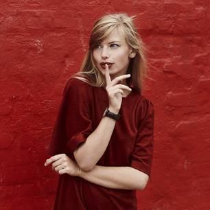 Selbstbewusste Sprache: Frau in roter Kleidung