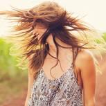 Haarpeeling: Frau wirbelt ihre Haare