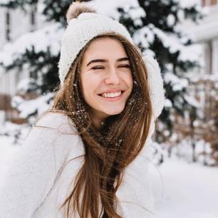 Januar-Teile: Frau mit Mütze