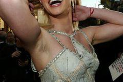 Britney Spears mit Achselhaaren