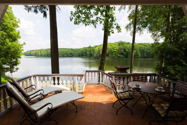 Ausblick von der Terrasse auf den See