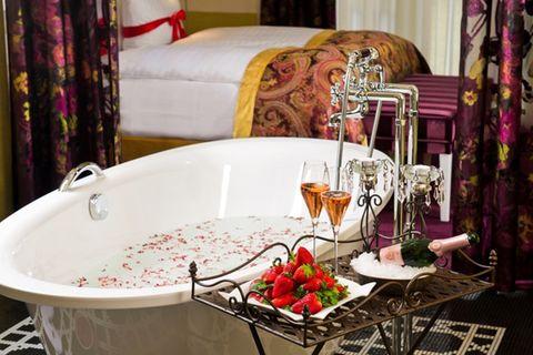 Hotelzimmer mit Badewanne