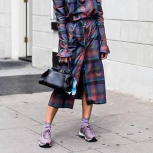 Bloggerin mit ultravioletten Sneaker