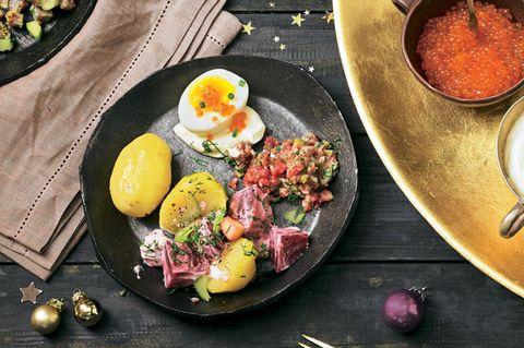 Pellkartoffel, Ei, Kaviar und Gurke