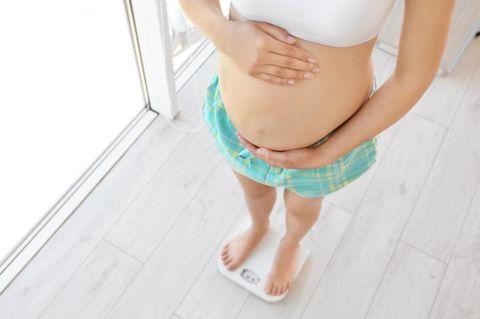 18. SSW: Schwangere steht auf Waage