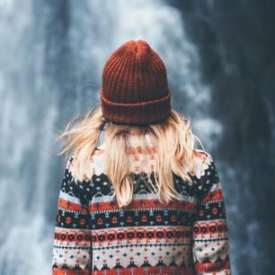 Frau trägt einen Norwegerpullover