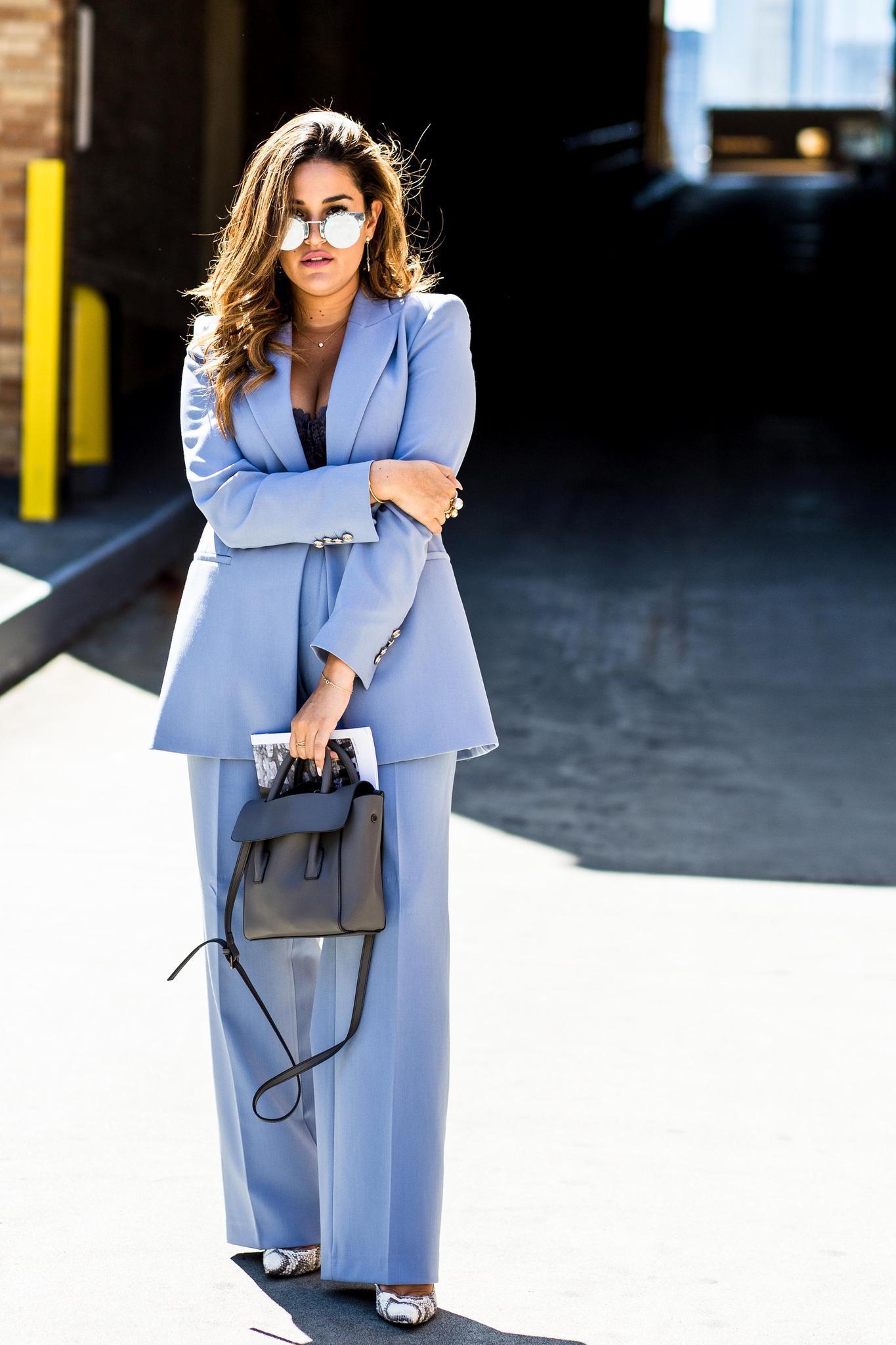 Hosenanzug mit XL-Hose an einer Frau