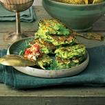 Zucchini-Fritter mit Sambal-Feta