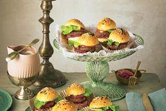 Mini-Burger mit Hefebrötchen