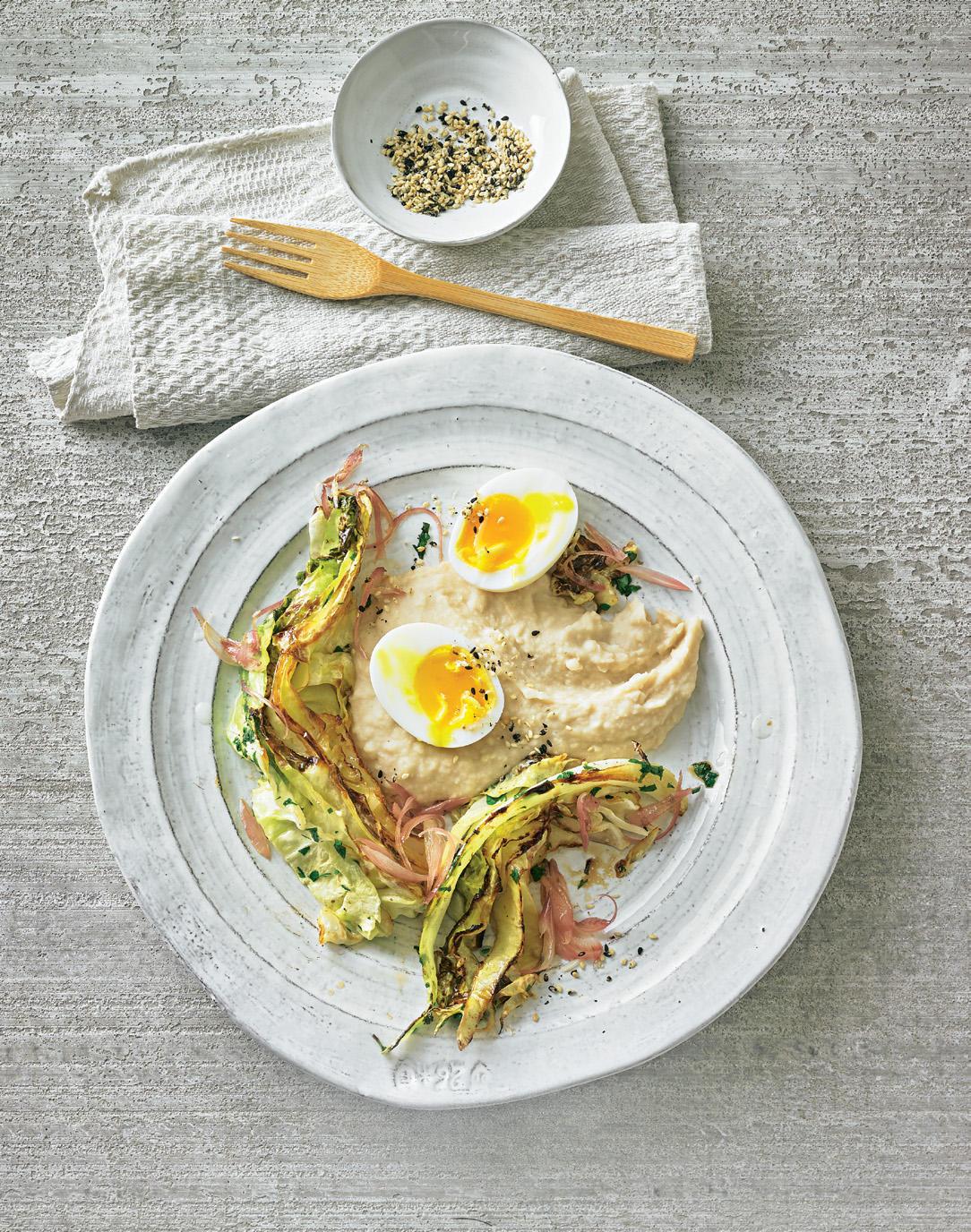 Spitzkohl mit Bohnen-Püree und Ei
