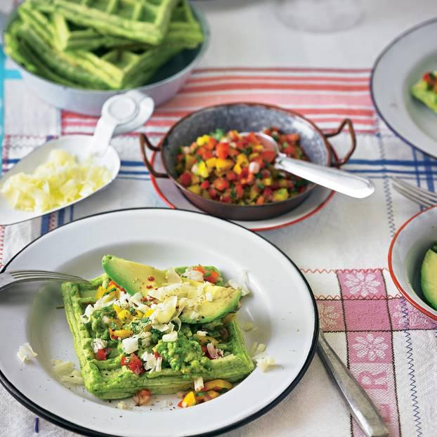 Kräuter-Mais-Waffeln mit Avocado-Paprika-Topping