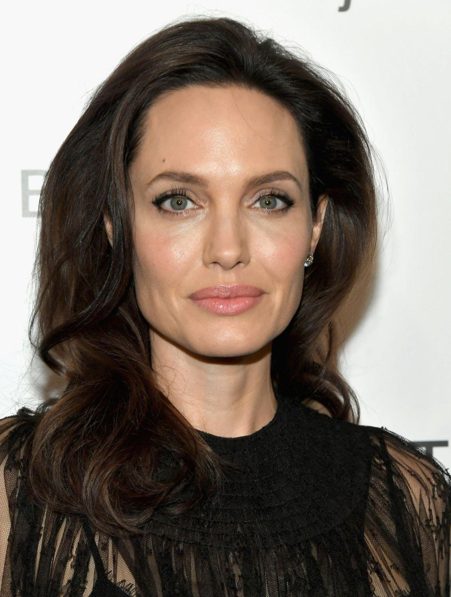 Frisuren, die jünger machen: Angelina Jolie mit Locken-Frisur