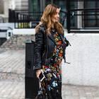 Frau trägt Lederjacke