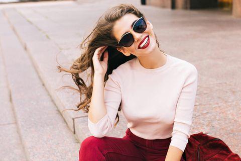 Neuer Haarschnitt: Frau mit lockigen Haaren
