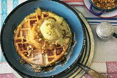 Walnusswaffeln mit Birnenmus und Vanille-Eis