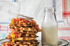Kokoswaffeln mit Obstsalat und Joghurt-Sahne