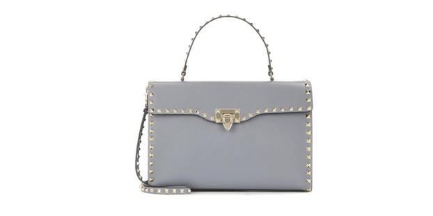 Die Trendtasche gibt es zum Beispiel über mytheresa für normalerweise 1.700 Euro, aktuell im Sale für 1.200 Euro.