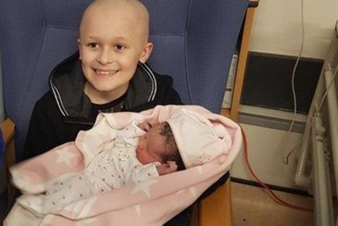 Todkranker Junge bekämpft den Krebs, um die Geburt seiner Schwester zu erleben