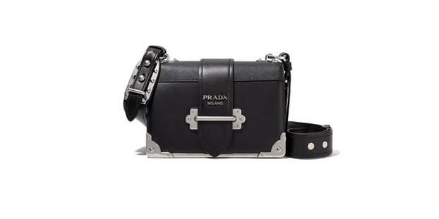 Schultertasche aus Leder von Prada, um 2.400 Euro.