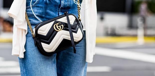 Frau trägt Chanel-Tasche