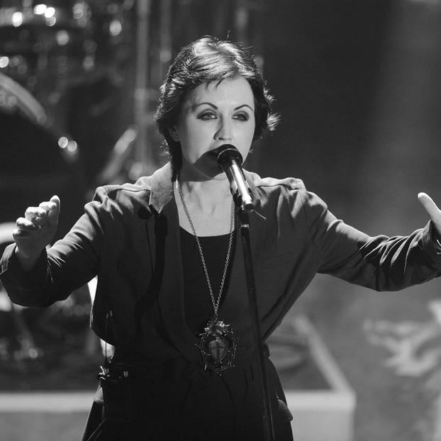 """""""The Cranberries""""-Frontfrau Dolores O'Riordan ist am 15. Januar 2018 überraschend in London gestorben. Die Sängerin wurde nur 46 Jahre alt. Die Irin sei für Aufnahmen in der britischen Hauptstadt gewesen - und wenige Stunden danach tot in ihren Hotelzimmer aufgefunden. Woran O'Riordan starb, ist bislang noch unklar.      Die irische Band """"The Cranberries"""" wurde in den 1990er-Jahren mit Mega-Hits wie 'Zombie' oder 'Just My Imagination' weltberühmt. Im vergangenen Jahr hatte die Band einige Konzerte abgesagt, da Doloroes O'Riordan unter heftigen Rückschmerzen gelitten haben soll.      Sie hinterlässt drei Kinder im Alter von 20, 16 und 12 Jahren."""