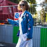 Frau in Jeansjacke und Kleid in New York