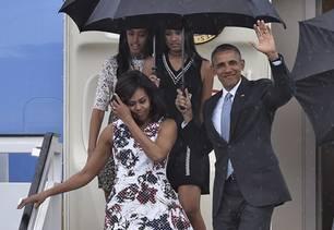 Barack Obama und Familie mit Regenschirm