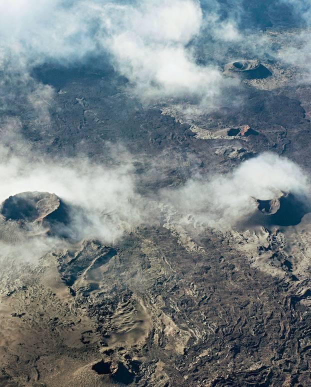"""Lava-Landschaft: Beim Helikopterflug über den aktiven Vulkan""""Piton de la Fournaise"""" sieht man, wie das Erdinnere an der Oberfläche erstarrt"""
