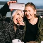 Zwei Freundinnen machen Selfies