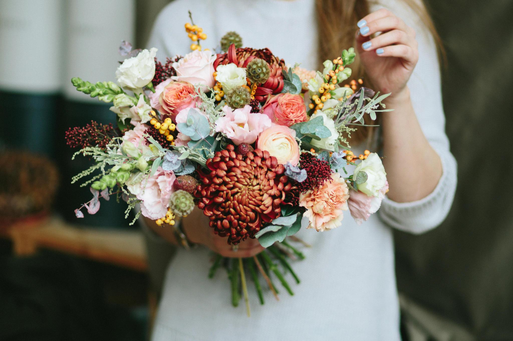 Schon lange keine Blumen mehr geschenkt bekommen? Dann kaufe dir selbst einen bunten Strauß und erfreue dich über den Anblick in deiner Wohnung.