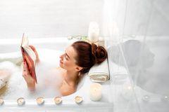 Es muss ja nicht immer die XL-Variante mit Teelichtern und klassischer Musik sein. Doch ein ausgedehntes Bad kann emotionale Wunder bewirken.