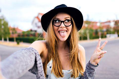 Dumme Sätze: Frau streckt Zunger heraus