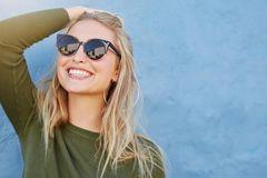 Mit einem breiten Grinsen auf den Lippen, lässt sich so viel einfacher durch den Alltag spazieren. Plus: Du tust dir ganz nebenbei etwas Gutes.