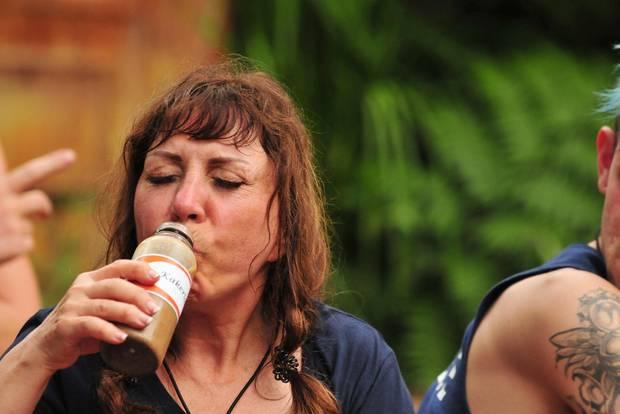 Tina York trinkt. Mehr möchte ich dazu nicht sagen.