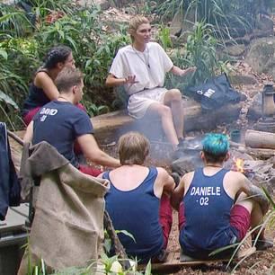Giuliana steht den Campern Rede und Antwort.
