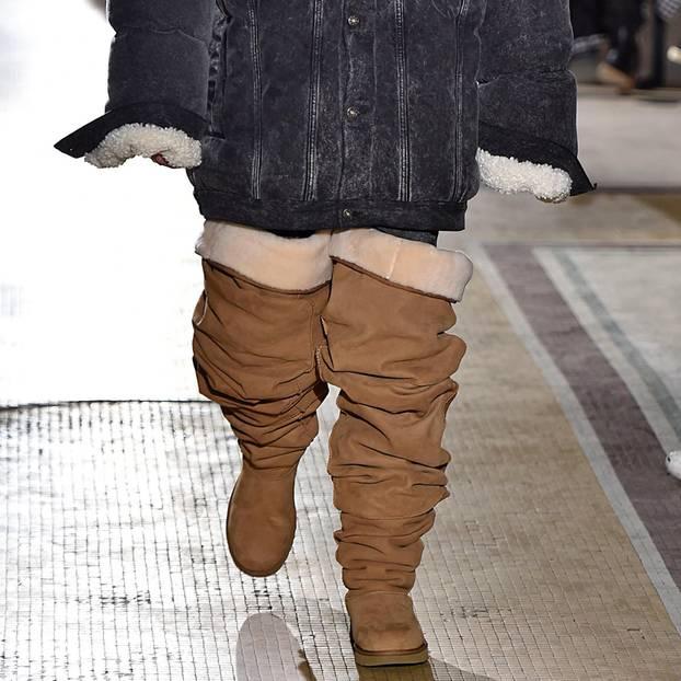Model trägt Overknees von UGG auf den Catwalk