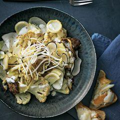 Blumenkohl-Wurzel-Salat und Heilbutt-Toast
