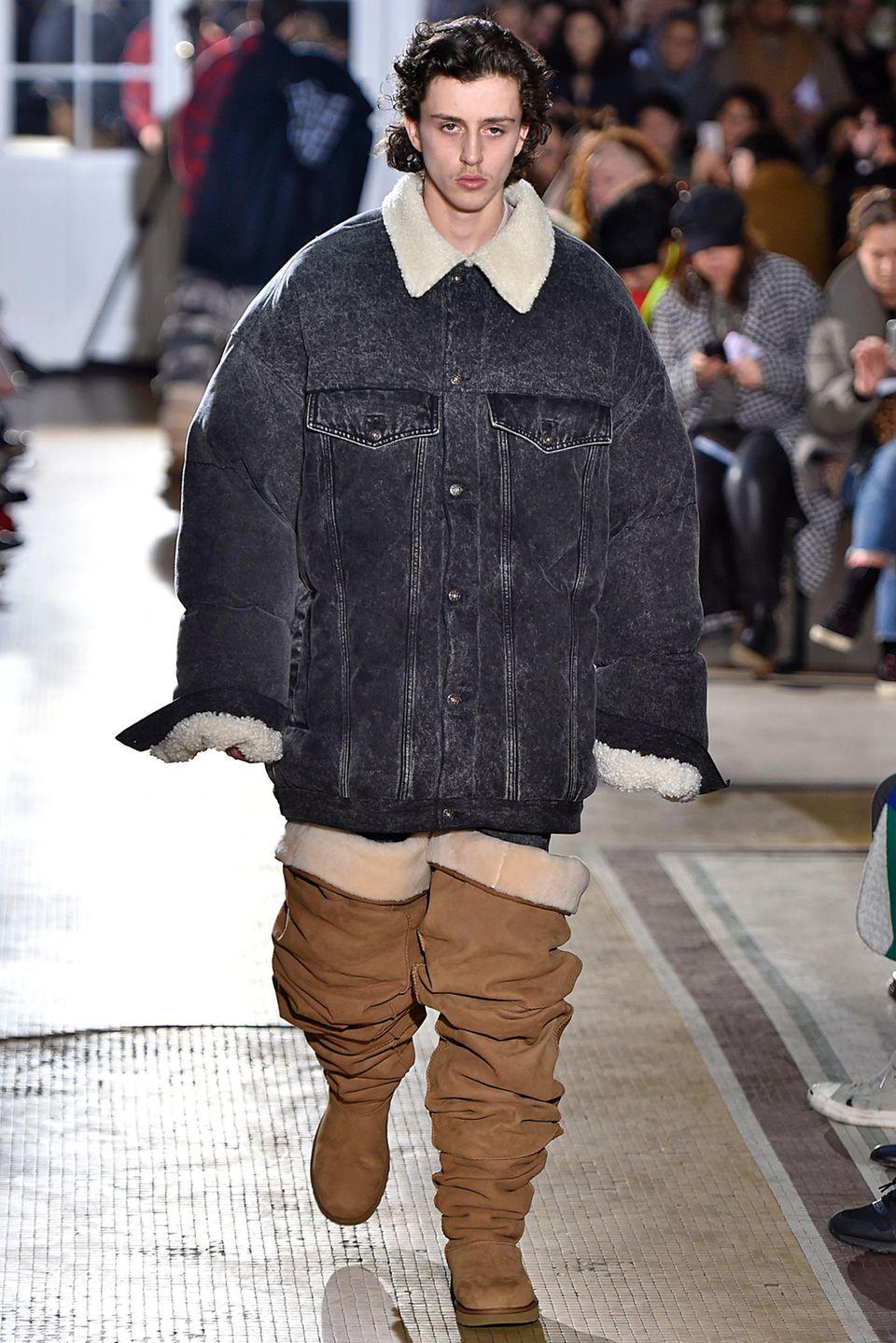 Modell trägt Overknees von UGG