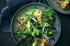 Kale-Salat mit Grützwurst-Wan-Tan