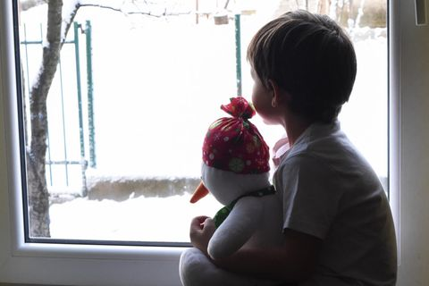 Junge allein am Fenster (Symbolbild)